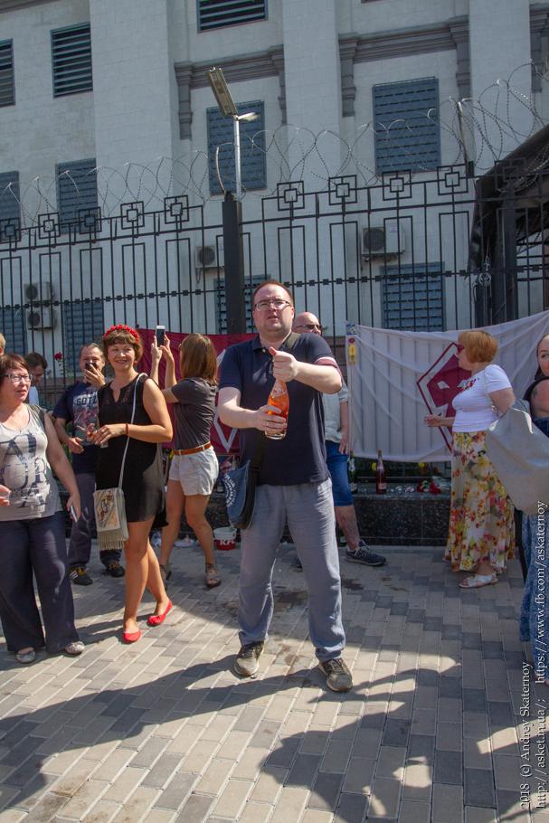 Шампанское возле российского посольства в Киеве